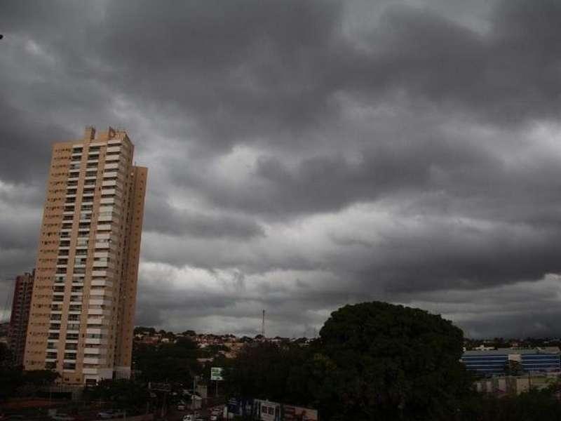 O céu da Capital no final da tarde deste domingo