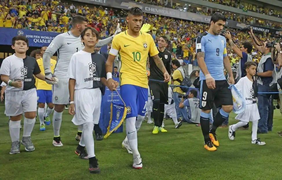 Brasil e Uruguai duelam na eliminatória da copa