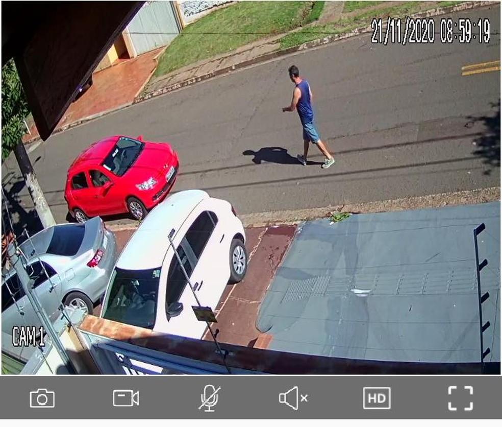 Câmera de segurança flagra chargista antes de ser visto pela última vez, no bairro Monte Castelo, em Campo Grande. — Foto: Câmera de segurança