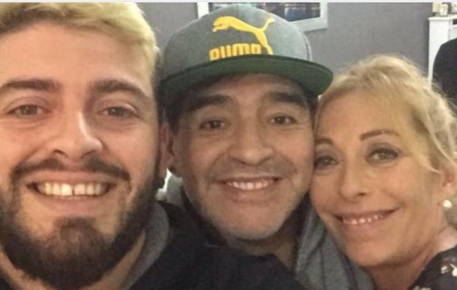 Filho Maradona e a mãe.
