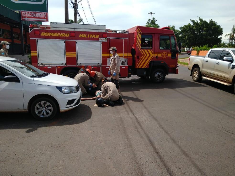 Homem fica ferido após acidente e ainda é espancado por motociclista, em Campo Grande.