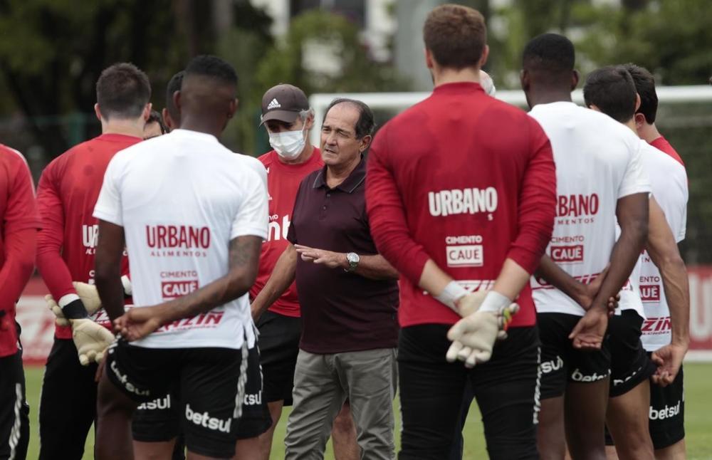 Muricy Ramalho em reunião com o elenco do São Paulo.