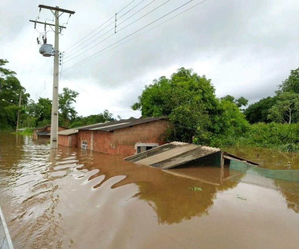 Chuva desabriga ribeirinhos e interdita ponte que dá acesso ao município de Nioaque (MS)