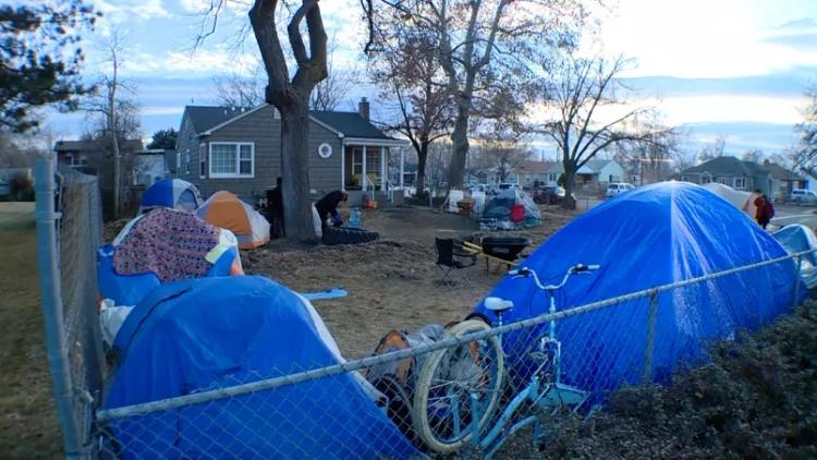 Cerca de 15 moradores vivem em barracas no quintal da casa